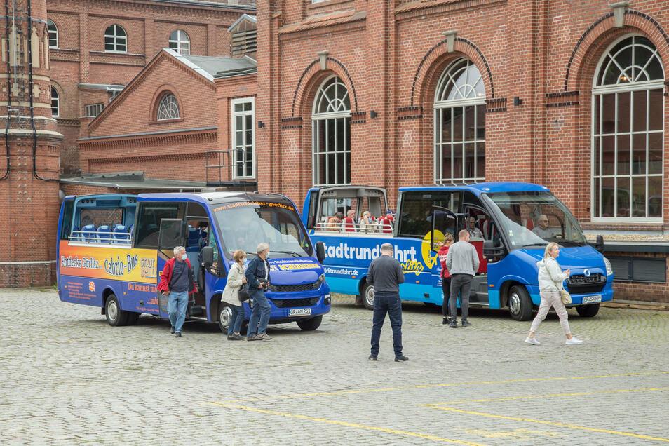 Auch mit den neuesten Fahrzeugen machen die Anbieter von Stadtrundfahrten in Görlitz gern Station an der Brauerei.