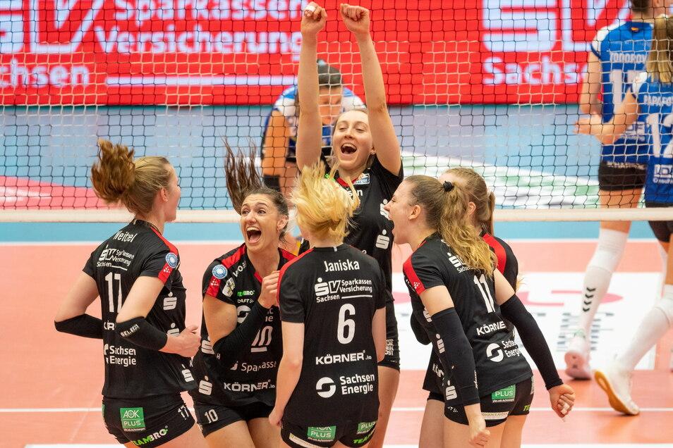 Das fünfte Finalduell in Dresden brachte die Entscheidung im Kampf um den Meistertitel. Kapitän Lena Stigrot (2. v. l.) jubelte mit ihren Kolleginnen.