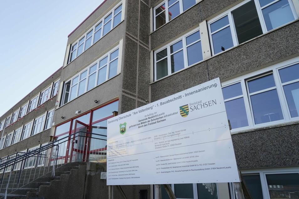 Die Arbeiten an der Fassade der Oberschule in Neukirch/Lausitz müssen verschoben werden - damit  Vögel nicht beim Brüten gestört werden.