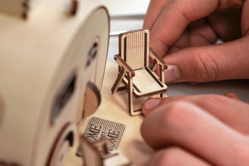Aus bis zu 85 Einzelteilen besteht ein Räucherwohnwagen. In Werkers Werkstatt setzen sie sein Schwiegervater und Ferien-Jobber Dustin mit ganz viel Fingerspitzengefühl zusammen.