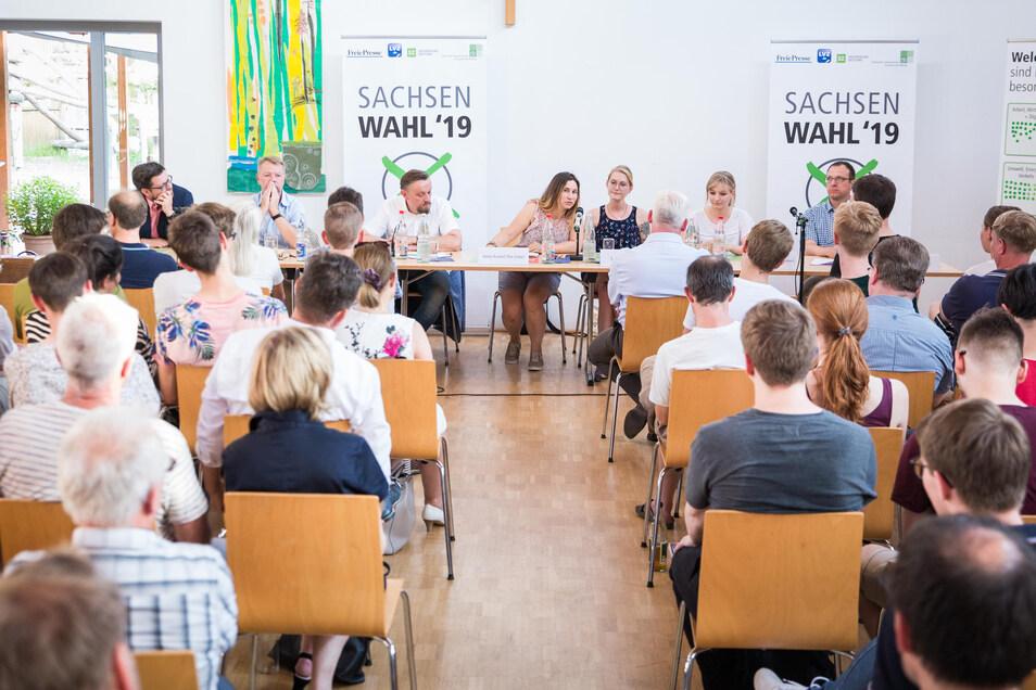 Beim Wahlforum in Löbtau ging es vor allem ums Wohnen, um die Sicherheit und um Umweltfragen. Trotz der Hitze kamen so viele Zuhörer, dass zusätzliche Bänke nötig waren.
