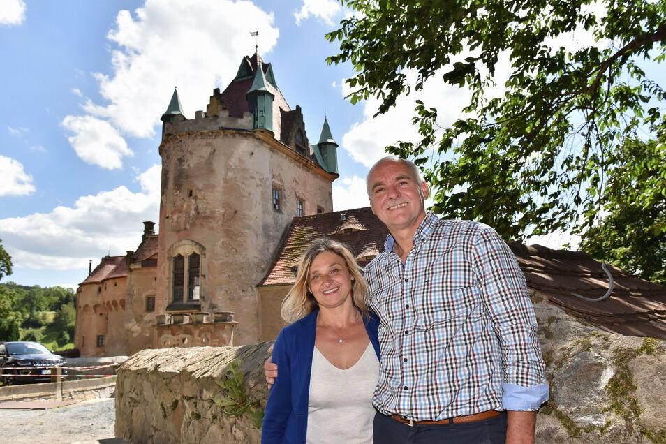 Haben eine Herkulesaufgabe vor sich: Susanne und Jens Höhnel vor dem sanierungsbedürftigen Schloss Kuckuckstein.