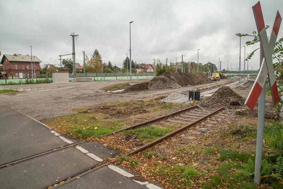 Die Firma Gostec hat im Auftrag der Deutschen Bahn das abzweigende Gleis am Bahnhof Niesky zum Stahlbau zurückgebaut und durch zwei neue Sackgassen ersetzt. Damit hat der Nieskyer Stahlbau keine Anbindung an das Schienennetz der DB mehr. Von Unternehmenss