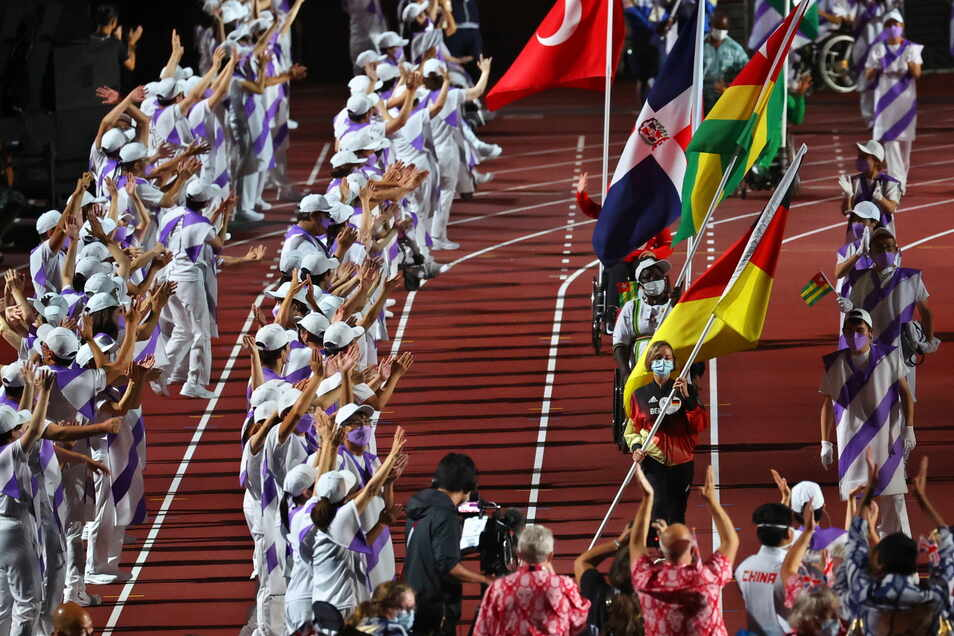 Bei der Abschlussfeier der Paralympics trug Natascha Hiltrop die deutschhe Fahne ins Olympiastadion von Tokio.