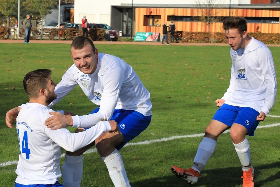 So sieht Neustädter Freude aus: Danil Mlonek (links) und Luca Hartelt (rechts) freuen sich über den Treffer zum 2:0, den Dawid Wieckiewicz (Mitte) erzielen konnte.