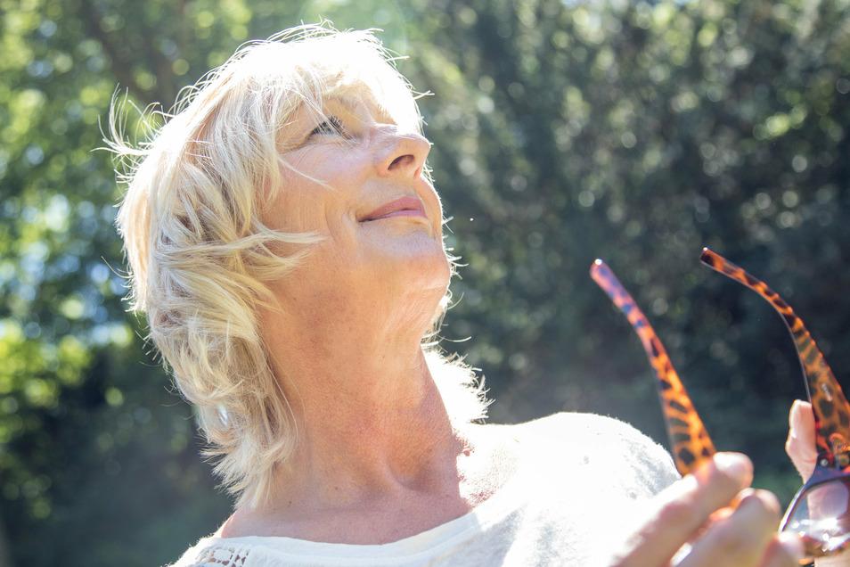 Wichtig besonders für Ältere: Sonnenlicht. Es stimuliert die Produktion von Vitamin D im Körper. Forscher stellten jetzt Zusammenhänge von Vitamin D und der Schwere einer Corona-Erkrankung her.