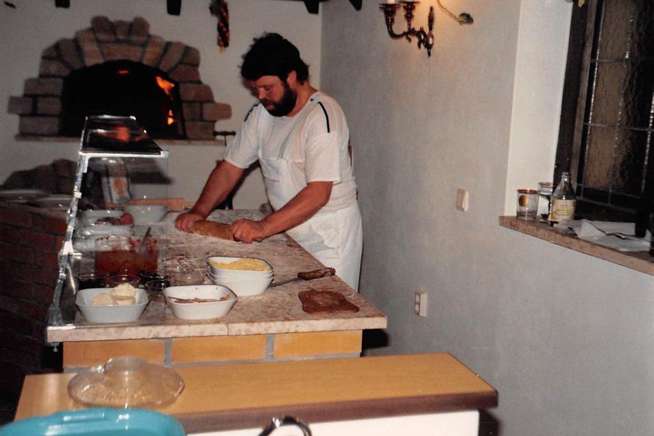 Am Anfang war Bernd Zichner noch selbst der Chef am Pizza-Ofen, doch das wurde ihm bald zuviel. Ein gelernter Bäcker wurde eingestellt.