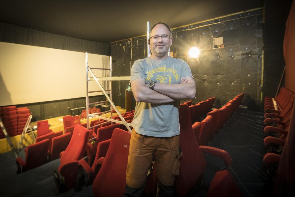 Kinochef Mario Götze im Saal 3 des Castello: Die roten Sitze haben ausgedient. Dass der Umbau in die Corona-Zeit fällt, ist Zufall.