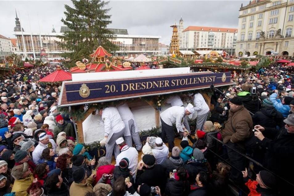 Die Bäckermeister des Schutzverbandes Dresdner Stollen verkauften Stollenportionen des Riesenstollens an die Besucher.