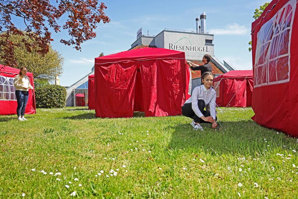 Letzte Handgriffe vor dem Start: Am Riesaer Riesenhügel haben drei Magnet-Mitarbeiter am Montag Pavillons aufgebaut. Ab Mittwoch kann dort gegessen werden.