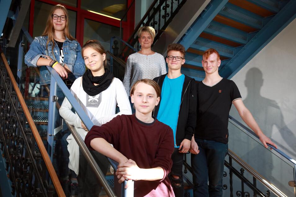 Lehrerin Grit Jäpel (o.) von der Radeberger Pestalozzischule hat ihre Schüler Julie, Juliane, Daniel, Richard und Vincent auf die Juniorwahl vorbereitet.