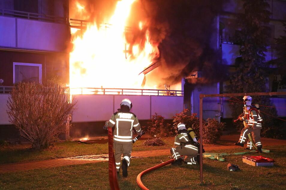 Beim Eintreffen der Feuerwehr hatte sich der Brand bereits auf das erste Obergeschoss ausgebreitet.