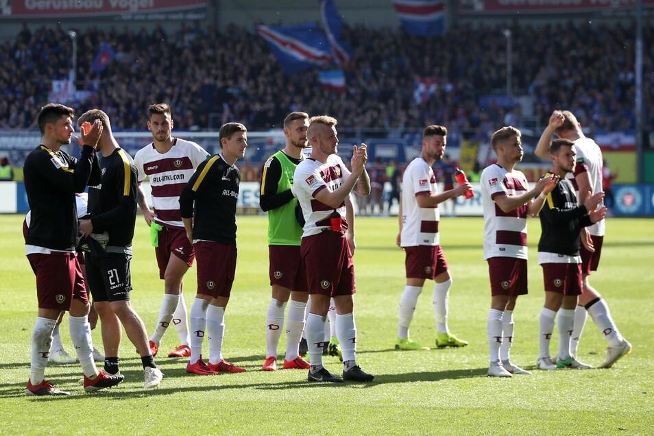 Die Spieler applaudieren den Fans – und die sind auch die einzigen Dresdner, die sich nach diesem Spiel Beifall verdient haben, weil sie bis zum Schluss singen.
