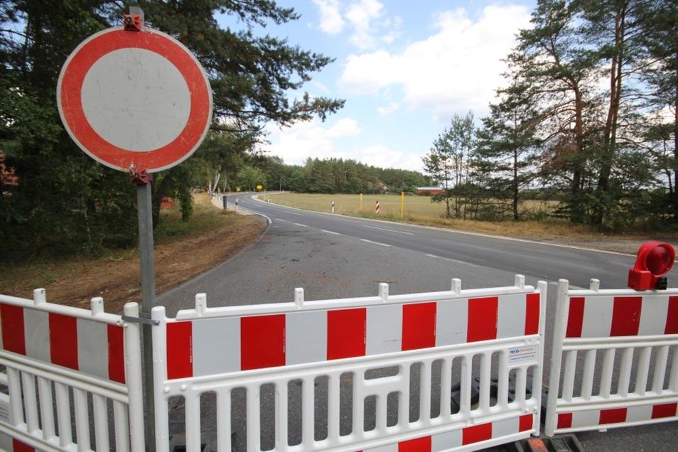Die Fahrbahndecke war bereits in der vergangenen Woche fertig. In dieser Woche folgten noch Restarbeiten. Seit Dienstagnachmittag ist die Straße wieder frei.