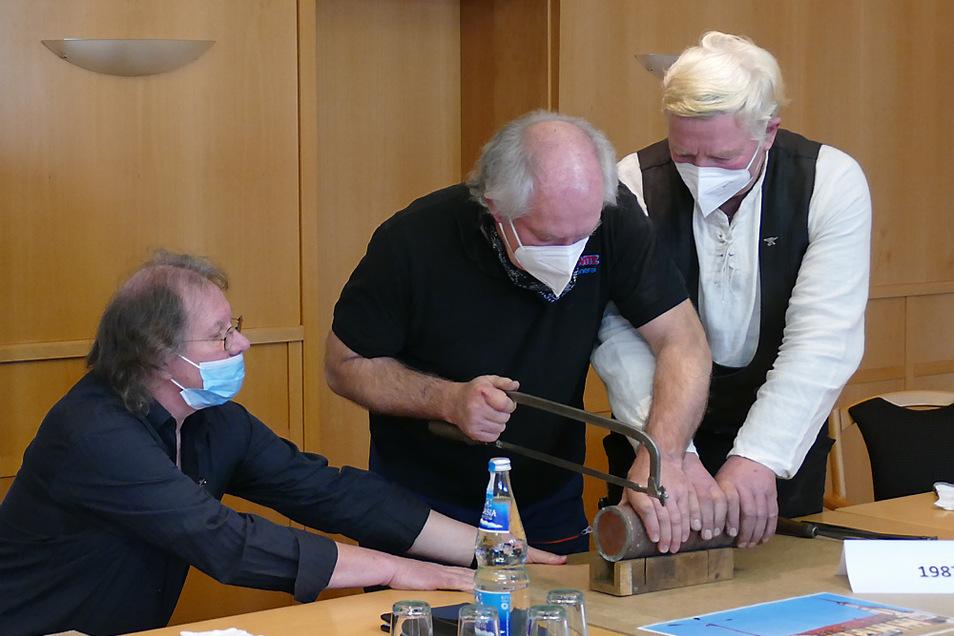 Schmiedemeister Erhard Merkel aus Friedrichshain und Klempnermeister Georg Nennewitz aus Groß Kölzig sägten am Mittwoch die erste der Zeitkapseln auf.