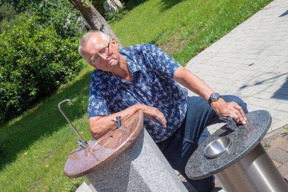 Lutz Harp aus Radebeul hat sich mit seiner Trinkbrunnen-Manufaktur in Lodenau angesiedelt. Deutschlandweit ist er der Einzige, der sie aus Granit herstellt.