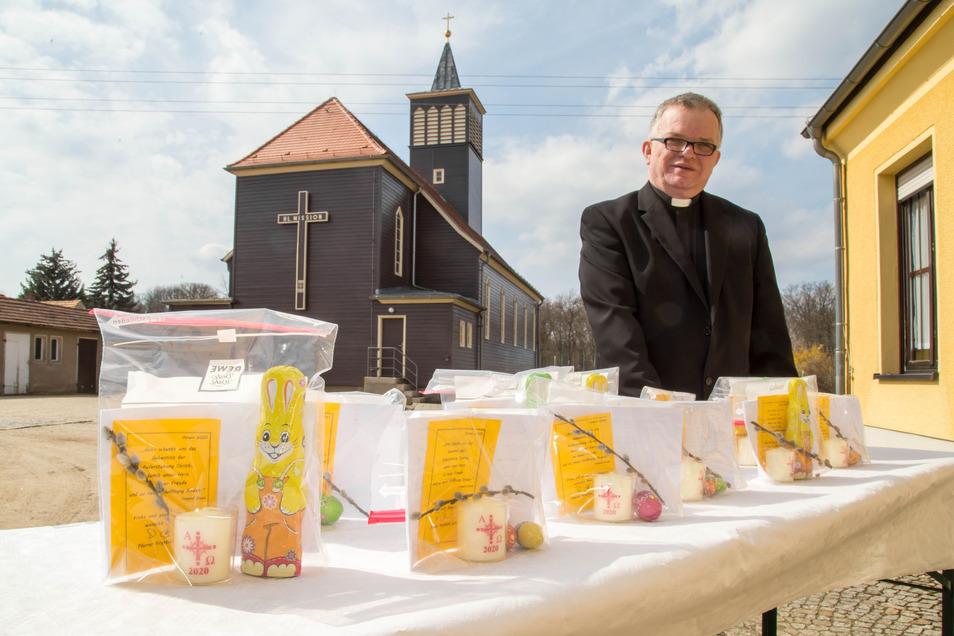 Viel Zeit und Mühe hat Pfarrer Burczek auch in kleine Geschenke investiert, die aus einer süßen Leckerei, einem Palmzweig, einem Osterlicht, dem Gruß des Pfarrers und einem Gebet zur Bekämpfung der Corona-Pandemie bestehen