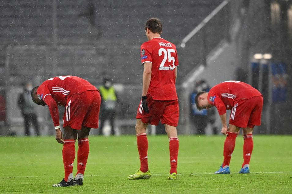 Ernüchterung nach dem Schklußpfiff: David Alaba (l-r), Thomas Müller und Joshua Kimmich müssen noch auf dem Platz das 2:3 gegen Paris verarbeiten.