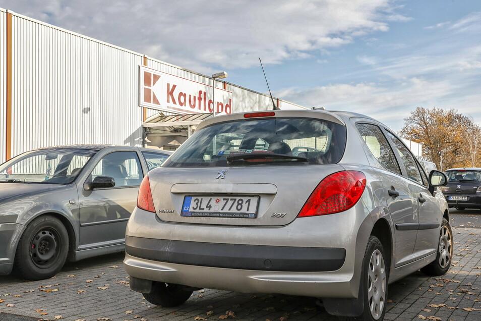 Ein Auto mit tschechischem Kennzeichen am Donnerstag auf dem Parkplatz bei Kaufland. Eigentlich dürfen Tschechen derzeit nicht mehr auf deutscher Seite einkaufen.