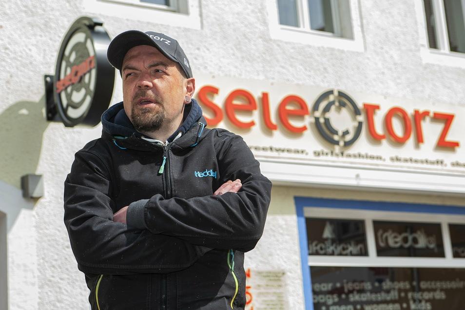 Jan Dingfelder vor seinem Kultladen: Im vergangenen Jahr feierte der Großenhainer Unternehmer sein 20-jähriges Bestehen. Nun macht er sich genau um diese Existenz große Sorgen.