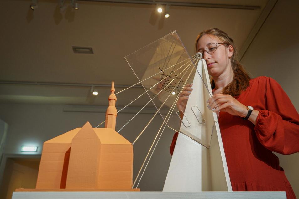 """Volontärin Katharina Banda hat im Museum Bautzen zur Ausstellung """"Die ganze Welt im Blick"""" das Ferienprogramm mit vorbereitet. Dabei können Kinder in den Fußstapfen Johann George Schreibers die Welt der Perspektiven erkunden."""