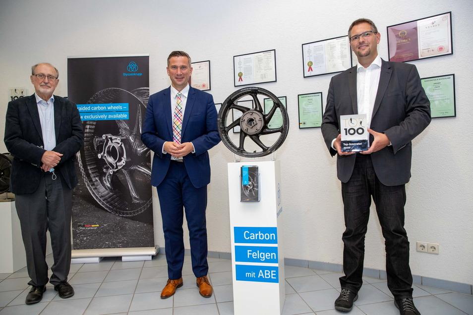 Geschäftsführer Dr. Jens Werner (rechts), Prof. Dr. Werner Hufenbach (links) vom Leichtbau-Zentrum Sachsen und Wirtschaftsminister Martin Dulig (SPD) an der in Kesselsdorf entwickelten Carbonfelge. Dieses Foto entstand im Sommer 2020.