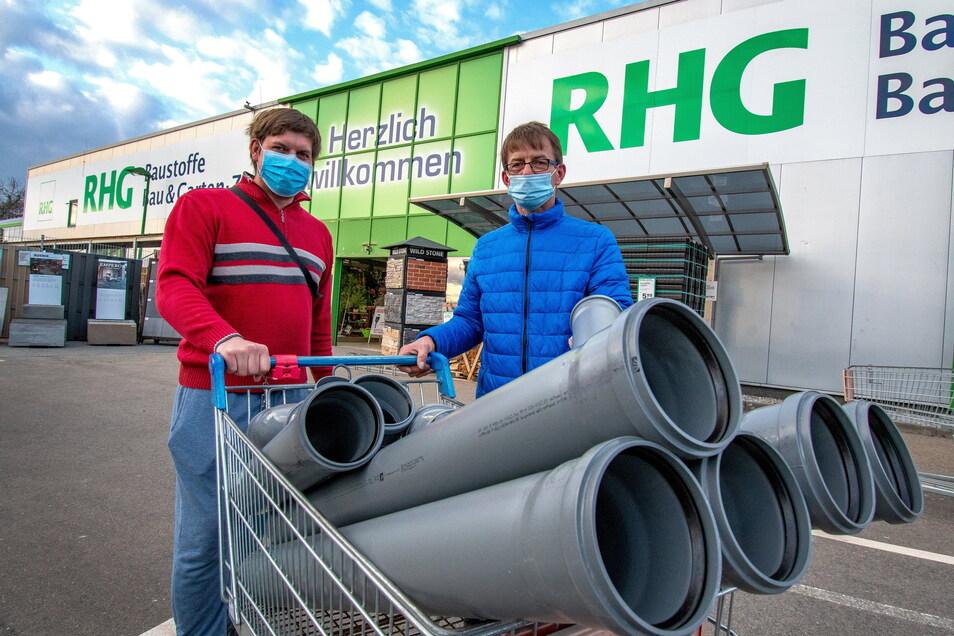 Für eine Reparatur am Haus haben Robert und Andreas Lein aus Döbeln in der RHG Rohre gekauft.