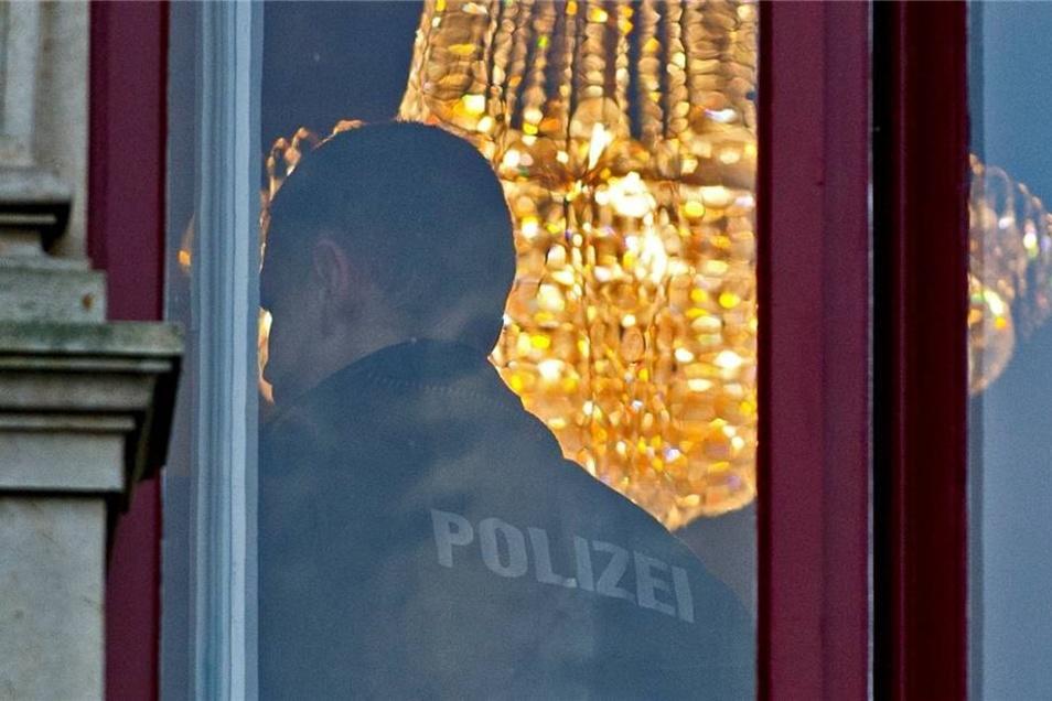 Ein Polizist in einem Raum der Villa am Vogesenweg.