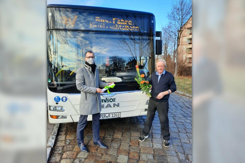 Busfahrer Klaus Hamann wird vom Fachbereichsleiter der Bannewitzer Gemeindeverwaltung Heiko Wersig verabschiedet.