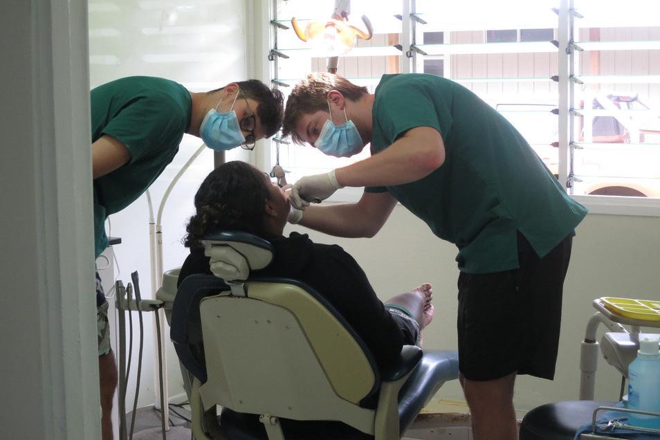 Jonathan Holfert (rechts) und Alexander Marquardt haben auf Rarotonga als Zahnärzte gearbeitet.