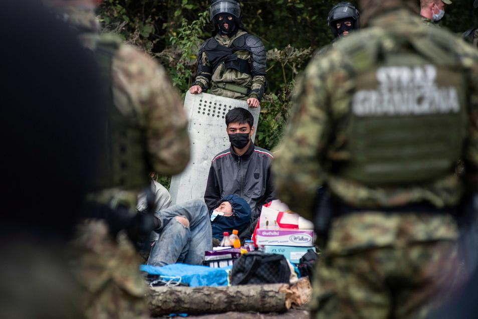 Afghanische Flüchtlinge warten in einem behelfsmäßigen Lager an der Grenze zwischen Polen und Belarus.