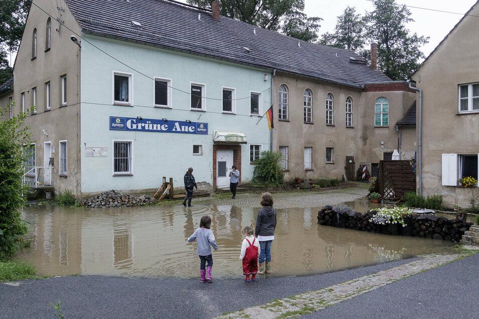 """Auch der Schöps stieg über seine Ufer. Der Hof des früheren Tanzlokals """"Grüne Aue"""" in Ebersbach stand deshalb ebenfalls unter Wasser."""