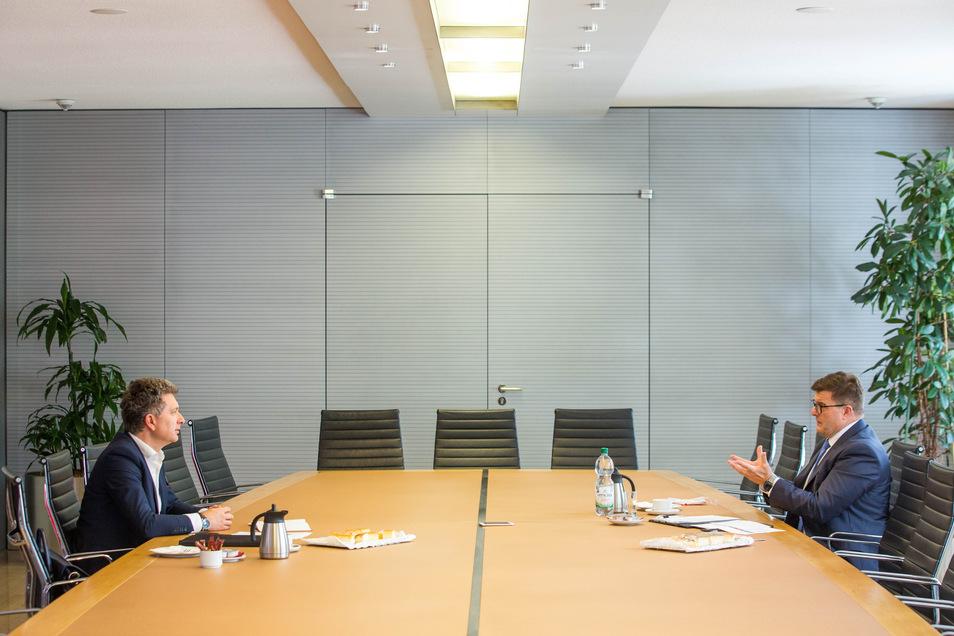 """SZ-Redakteur Domokos Szabó (li.), Sparkassenchef Joachim Hoof. """"Keine Negativzinsen für unsere langjährigen, treuen Kunden; aber auch keine Garantie für die Ewigkeit."""""""