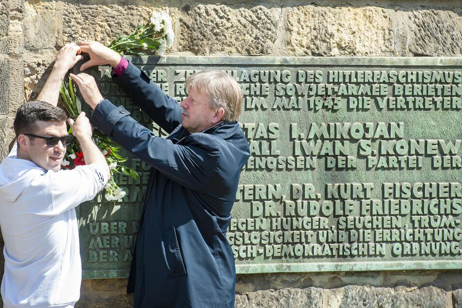 Linken-Ortsvorsitzender Daniel Borowitzki und OB Bert Wendsche (parteilos) legten Blumen am Gedenkstein ab.