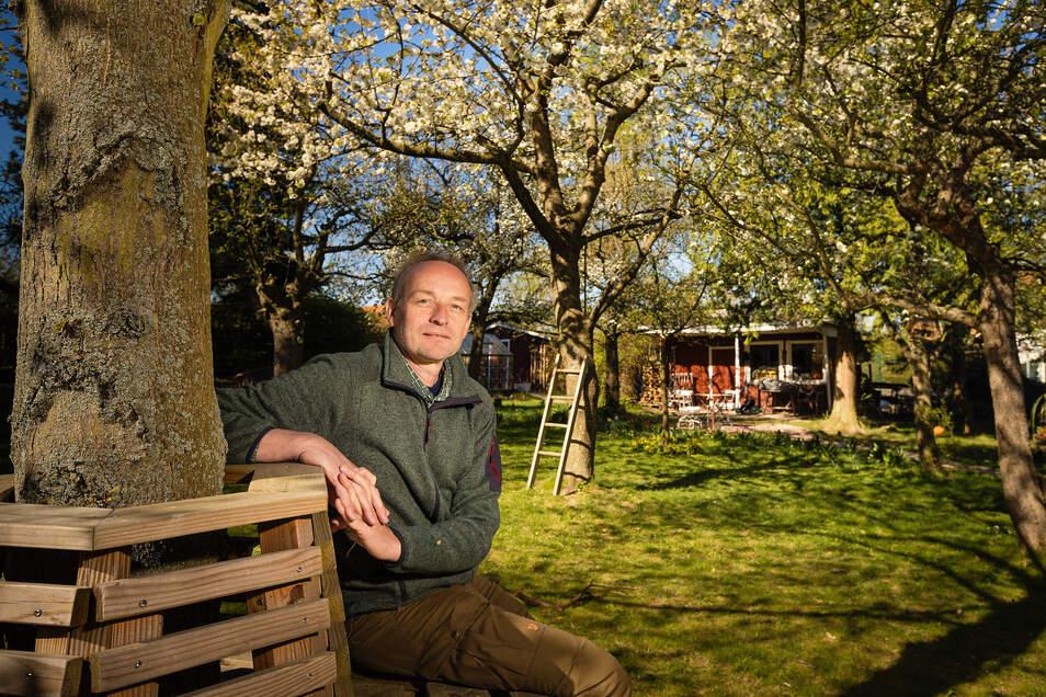 In Ulrich Pietzarkas Garten gibt es überall Plätze zum Sitzen und Ausruhen. Auf der alten Streuobstwiese eine selbst gezimmerte Bank.