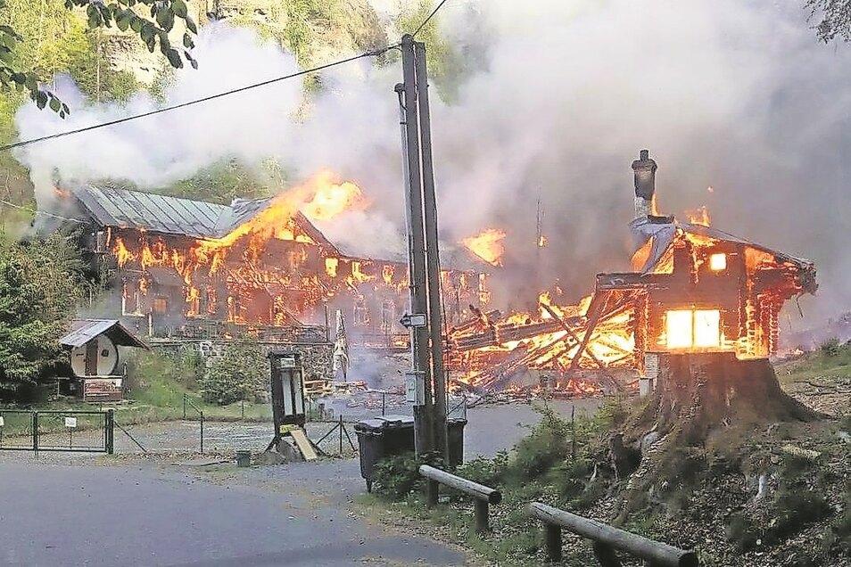 Am Morgen nach Himmelfahrt brannte die Balzhütte ab.