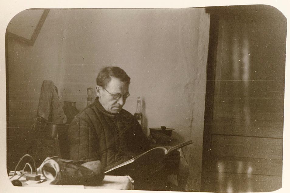 Der Maler Alexander Archipowitsch Krjukow in seiner Heimat.