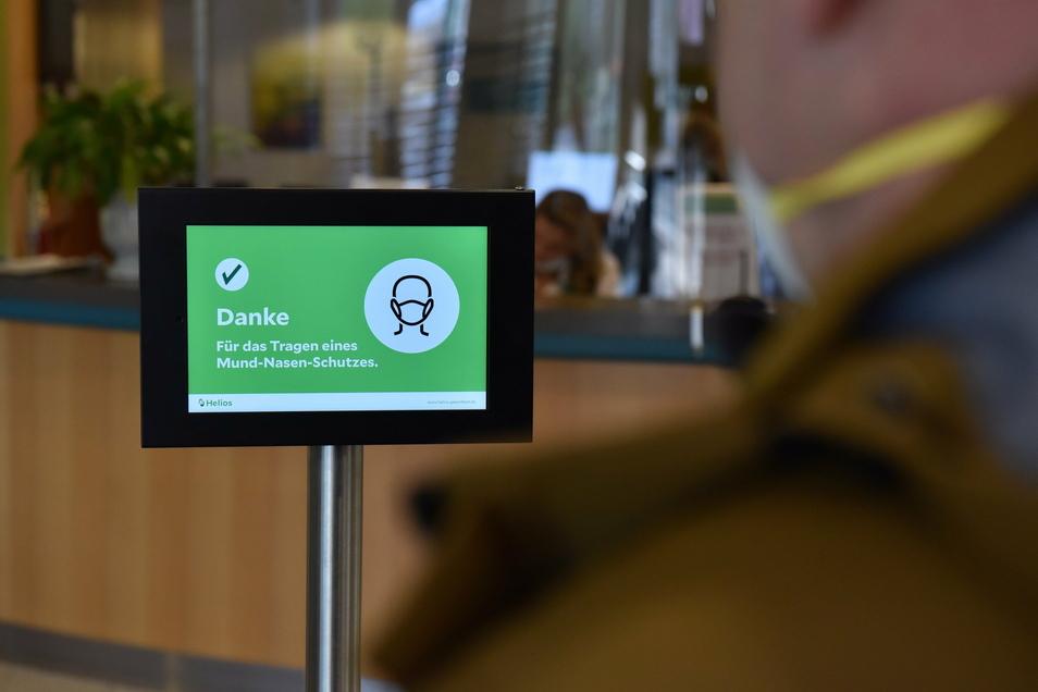 Maskenscanner am Eingang des Krankenhauses in Freital. Immer mehr Menschen tragen jetzt besser schützende FFP2-Masken.