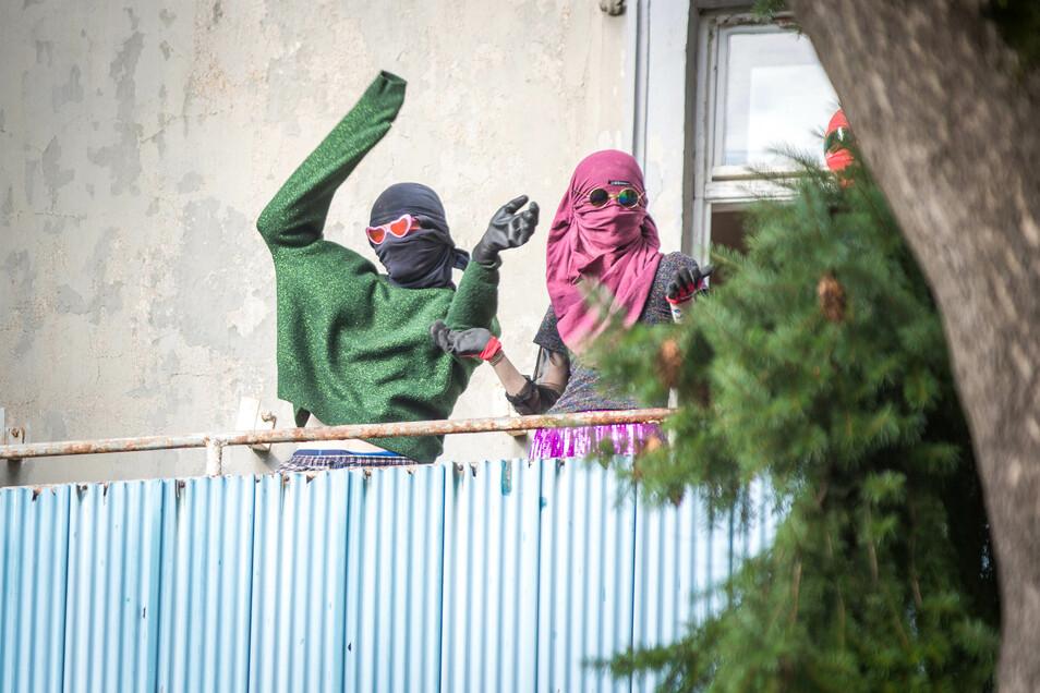 Auf dem Balkon zeigten sich am Nachmittag mehrere vermummte Personen.