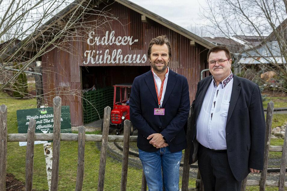 Der Bannewitzer Bürgermeister Christoph Fröse (parteilos) mit Karls-Geschäftsführer Robert Dahl im Erlebnis-Dorf in Elstal bei Berlin.