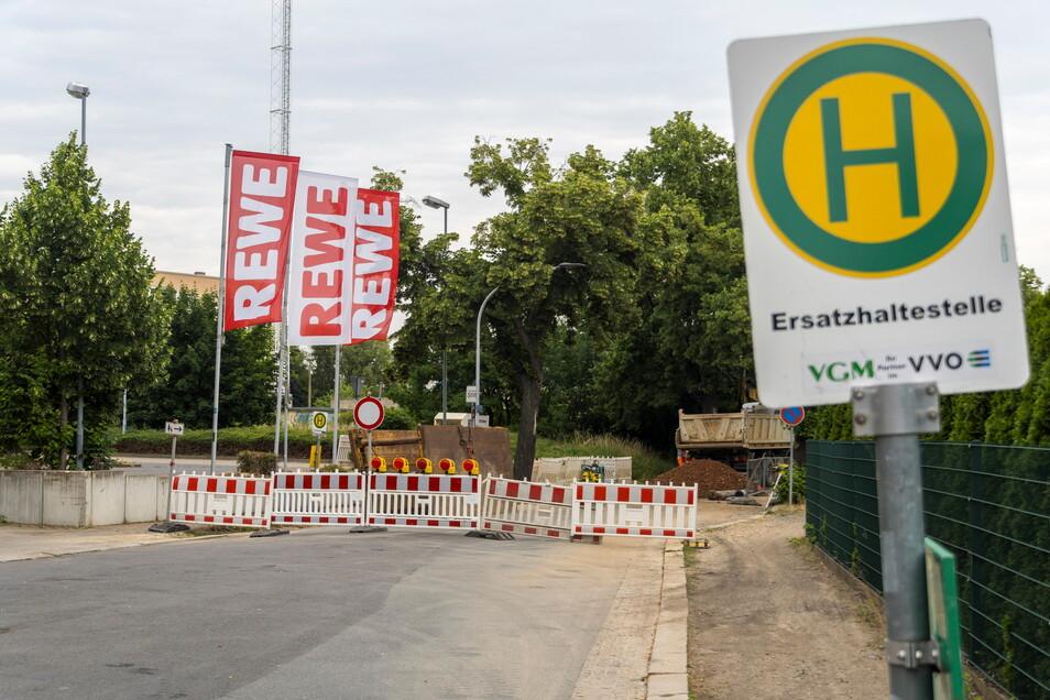 Kein Durchkommen war Anfang der Woche an der Merzdorfer Straße in Gröba, weil ein Wasserrohrbruch repariert werden musste. Ab Donnerstagmorgen soll der Verkehr aber wieder rollen.