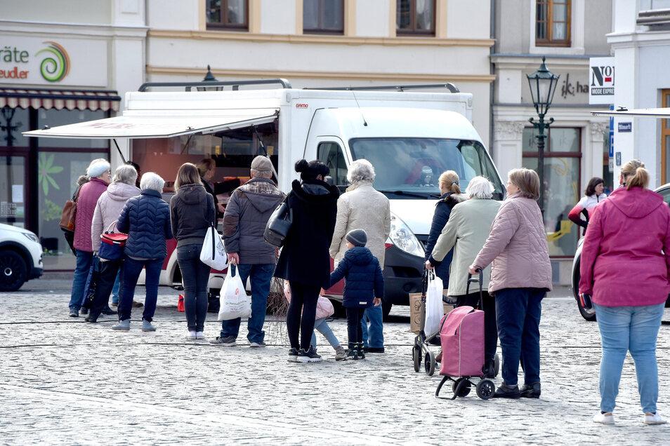 Hauptsächlich Senioren besuchen den Wochenmarkt in Löbau.
