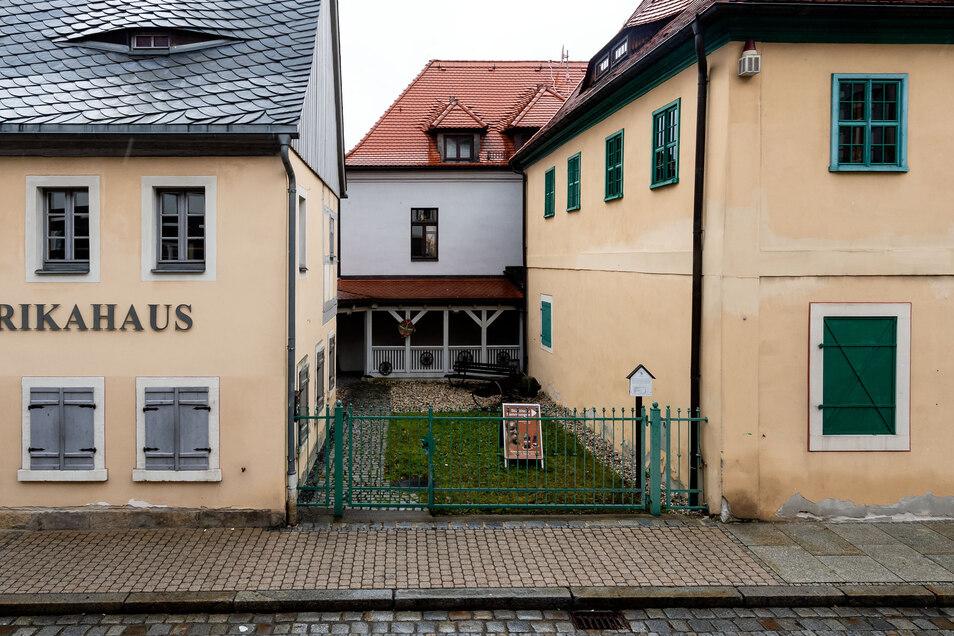 So sieht es bisher zwischen den Gebäuden aus: Besucher mussten durch einen offenen Gang laufen, um von einem Haus ins andere zu gelangen.
