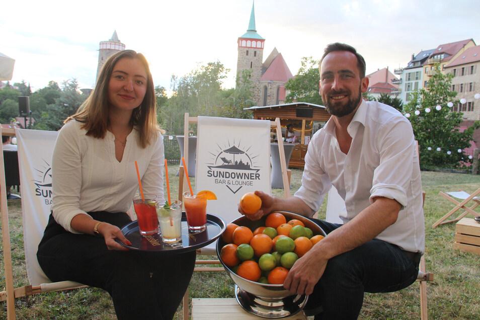 Beno Brězan und Tabea Ziesch bewirten die Gäste der Sundowner-Bar mit kühlen Drinks. Den einzigartigen Ausblick gibt's kostenlos dazu.