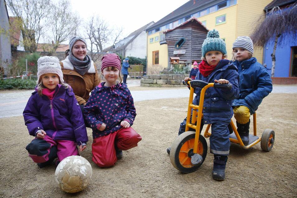 Das evangelische Kinderhaus am Anger in Kötzschenbroda mit Carl, Johann, Irene, Betreuerin Gerda Rudroph und Leneke (von rechts). Wer ab Montag noch betreut werden kann, hängt vom Beruf der Eltern ab.