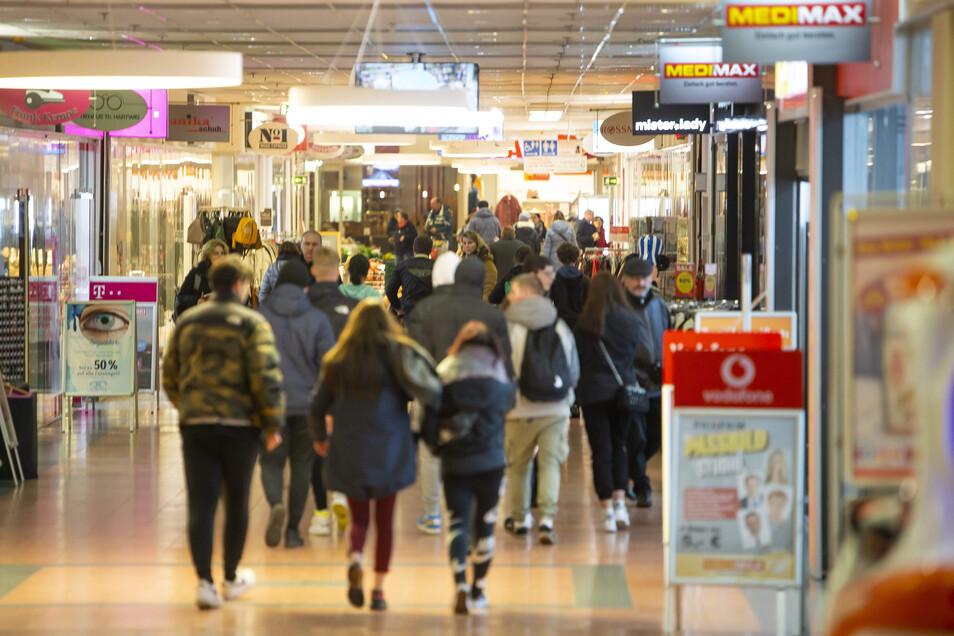 Jugendliche ziehen am Abend durch das Einkaufszentrum Weißeritzpark in Freital.