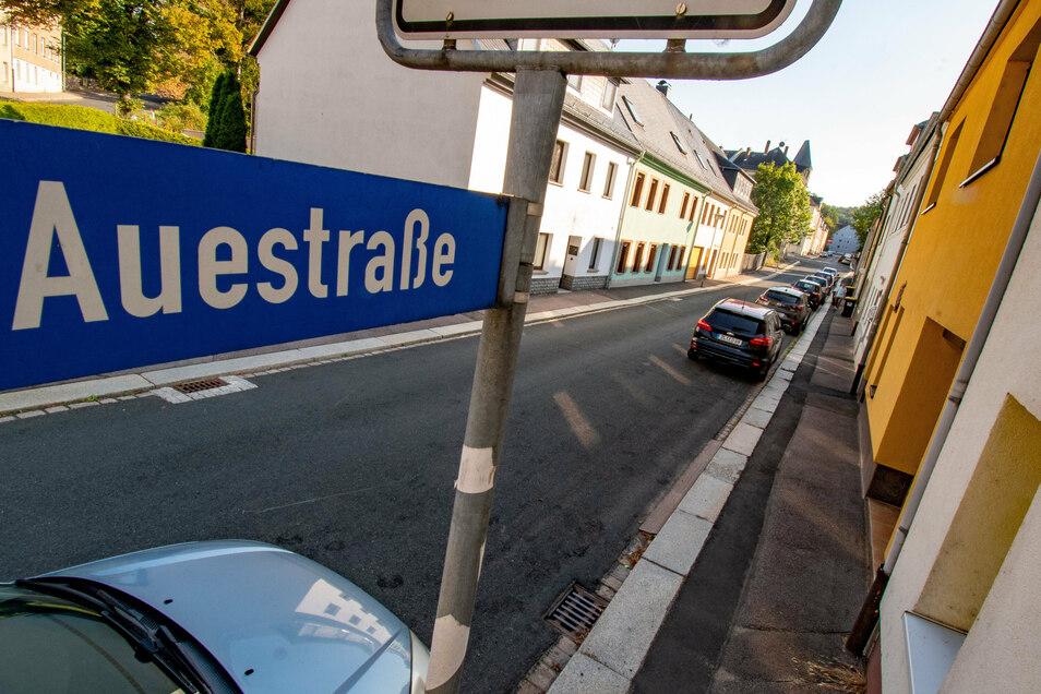 Der Gehweg an der Auestraße ist schlecht. Er soll noch in diesem Jahr repariert werden. Erhaltungsarbeiten sind an weiteren Straßen und Gehwegen geplant.