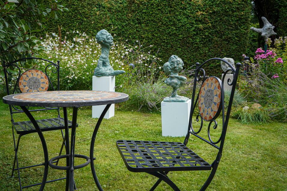 An vielen Stellen im Garten sind Werke von Tom Glöß ausgestellt.