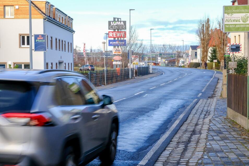 Der Asphalt musste in Höhe vom Löma-Center schon oft geflickt werden. Nun strebt die Lößnitzstadt eine dauerhaftere Lösung an. Die Straße wird grundhaft ausgebaut und Fußgänger bekommen ordentliche Gehwege auf beiden Seiten.