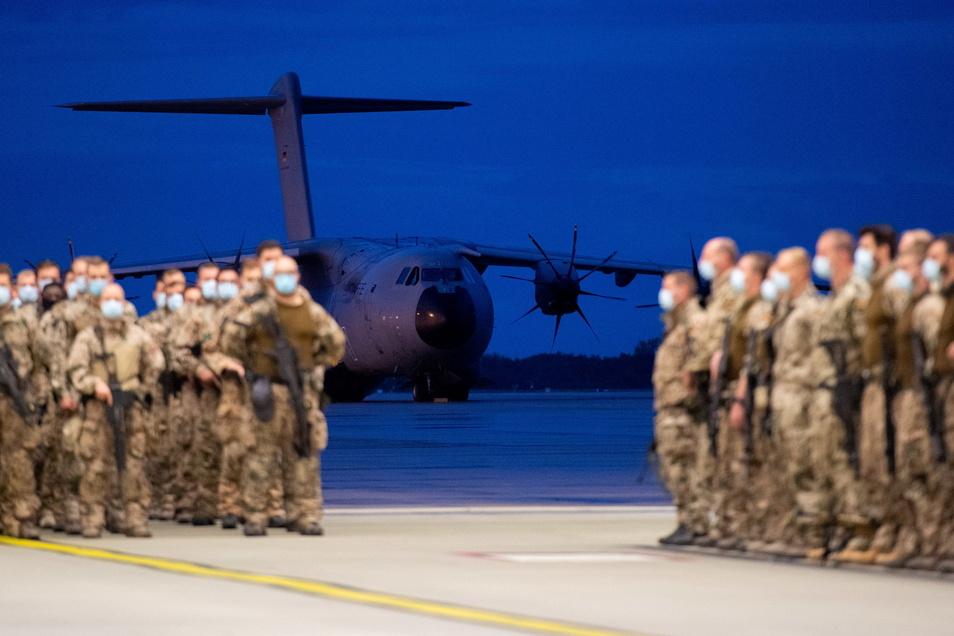 Die ersten Soldaten der Bundeswehr sind am 27. August von ihrer Evakuierungsmission in Afghanistan nach Deutschland zurückgekehrt. Auf dem Luftwaffenstützpunkt Wunstorf bei Hannover landeten am Freitagabend drei Militärmaschinen.